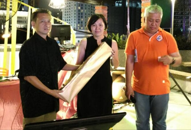 Mr Neo Wong given a.prizes to lucky draw winner.