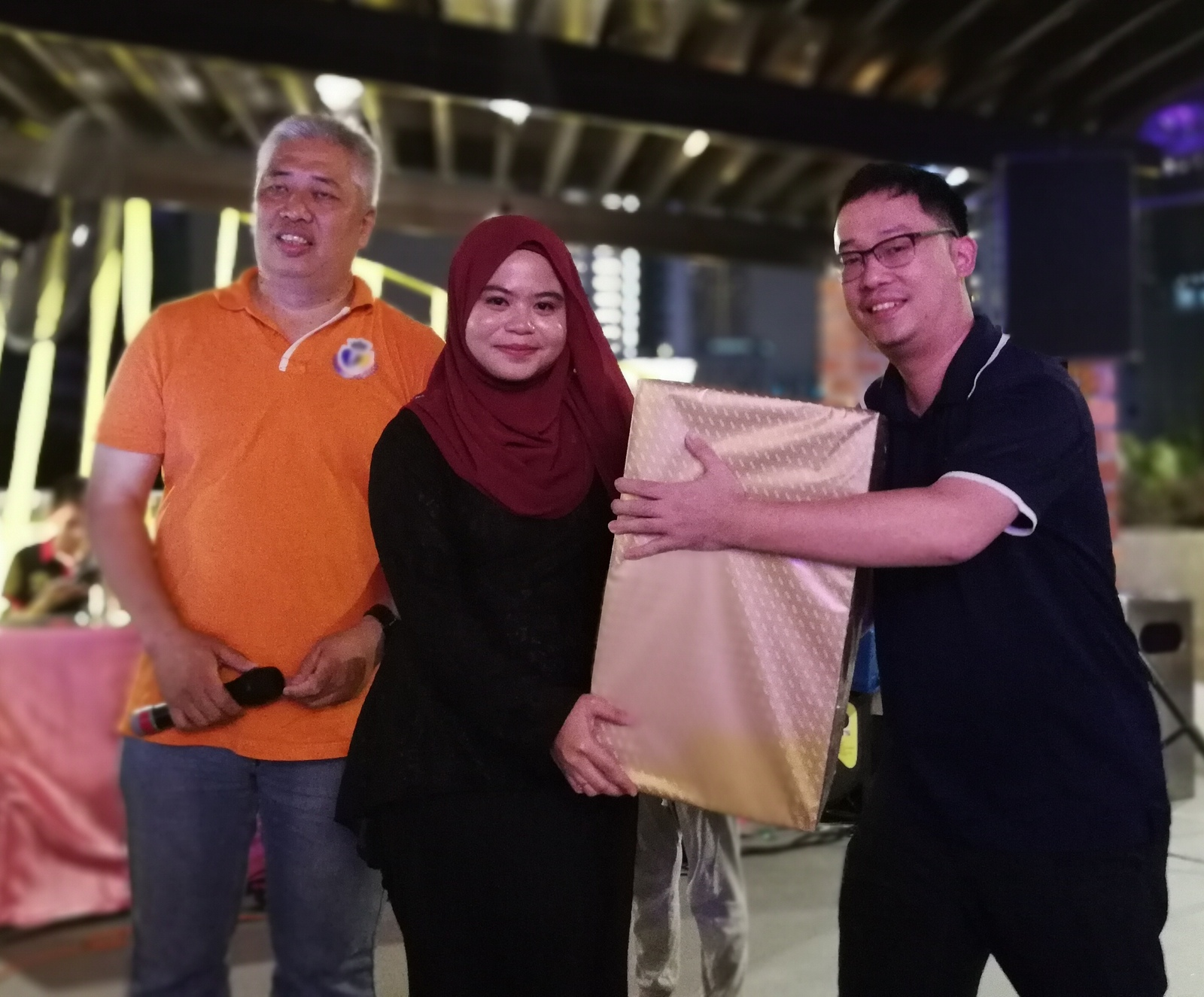 Mr. Kun Zheng Hao invited to present prizes to lucky draw winner