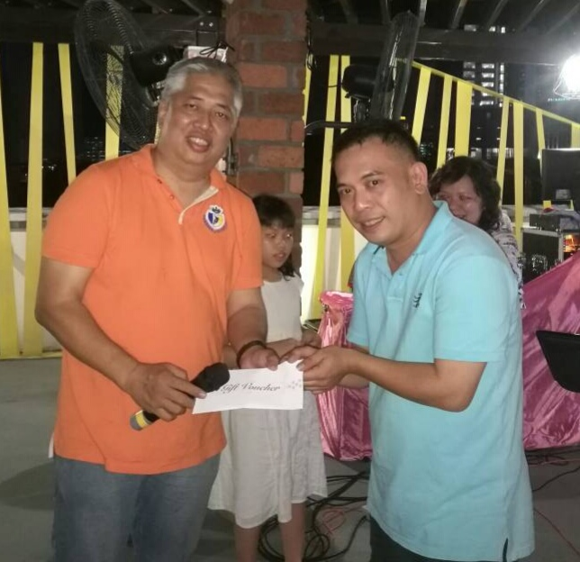 Mr. U Chin Ong given out prizes to lucky staff