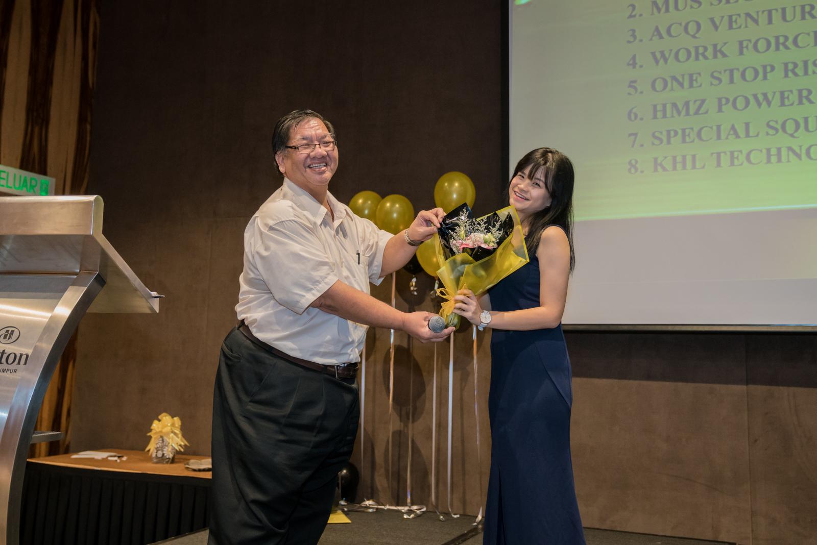 détaillant en ligne 79f9f d187d Another grand prize winner Nik Sabrina Nik Mod, received a ...